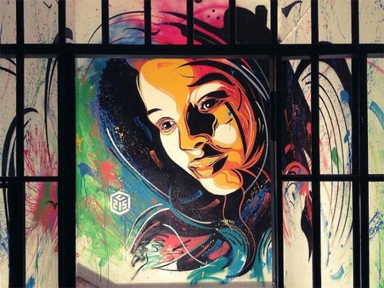 Kolorowa dziewczyna, graffiti na ulicach Haiti.