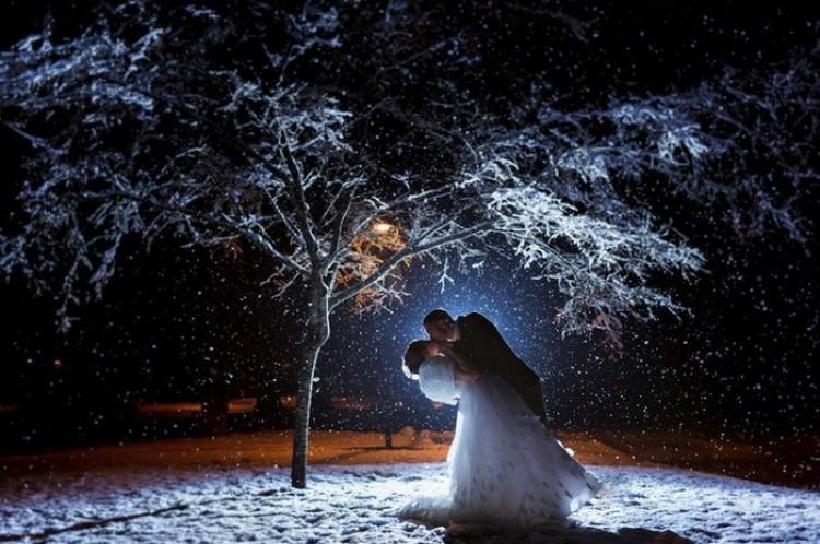 Piękne zdjęcia ślubne w deszczu i śniegu.