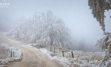 Burza zamieniła górę w lodowe królestwo, oślepiające swoim bajecznym pięknem.