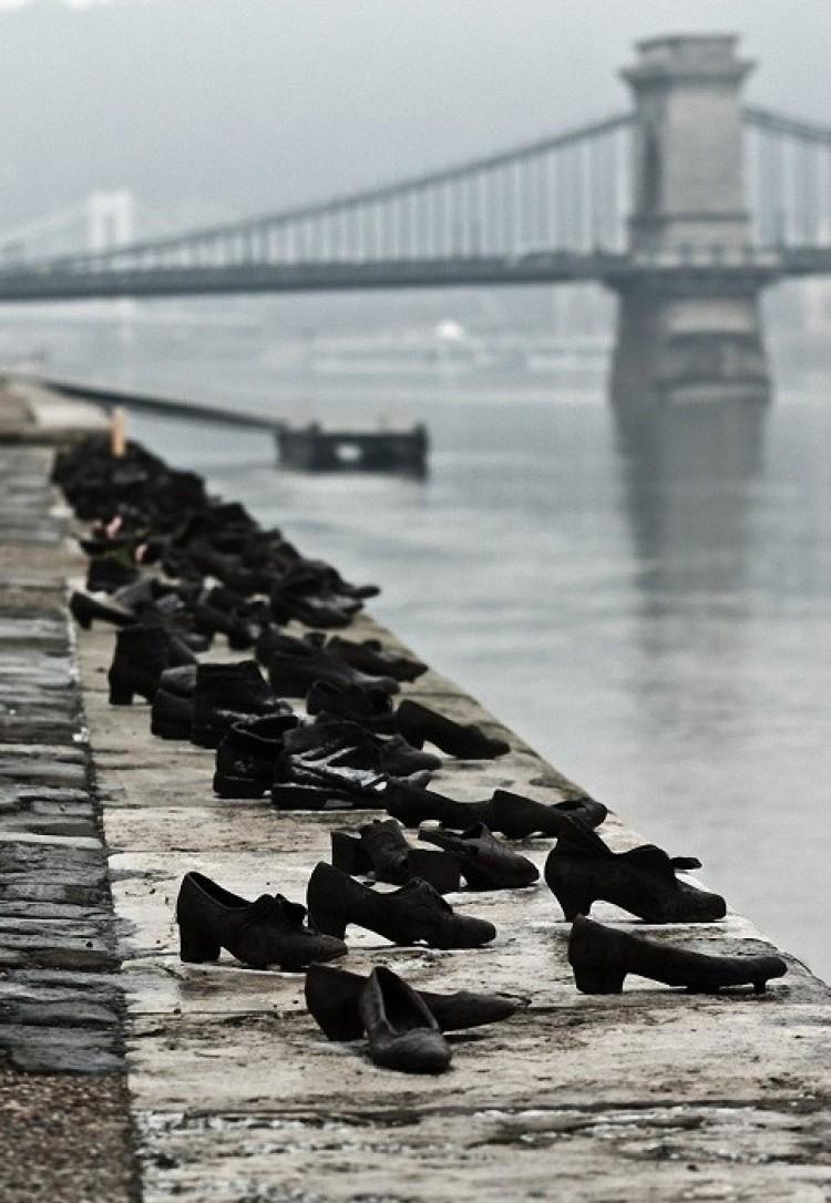 Buty na Promenadzie Dunaju.