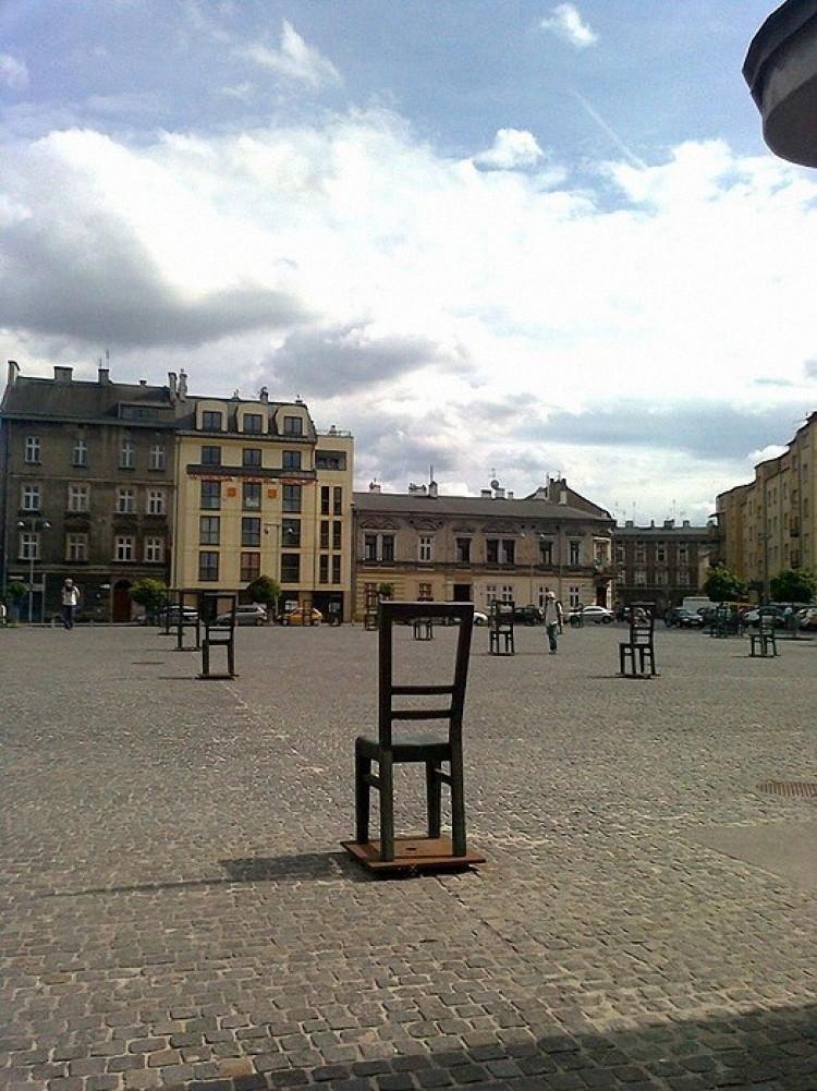 Krzesła na Placu Bohaterów Getta w Krakowie.