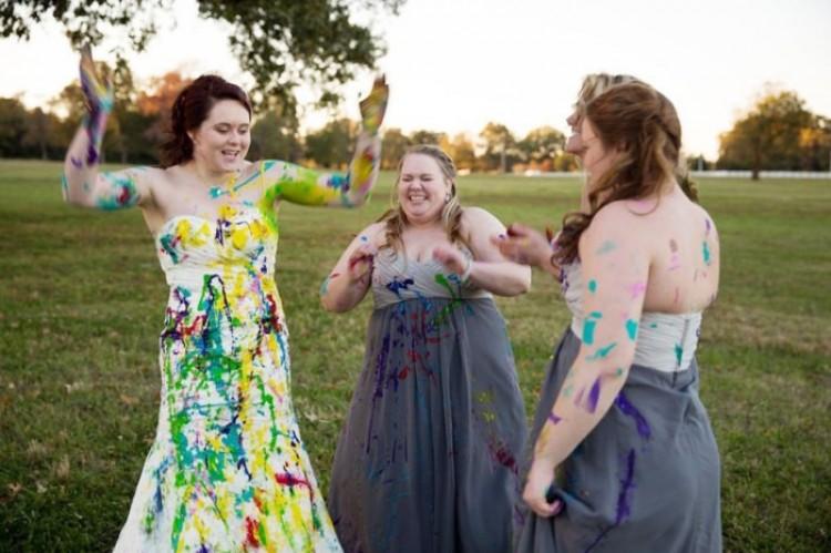 Dziewczyny polewają swoje suknie farbami.