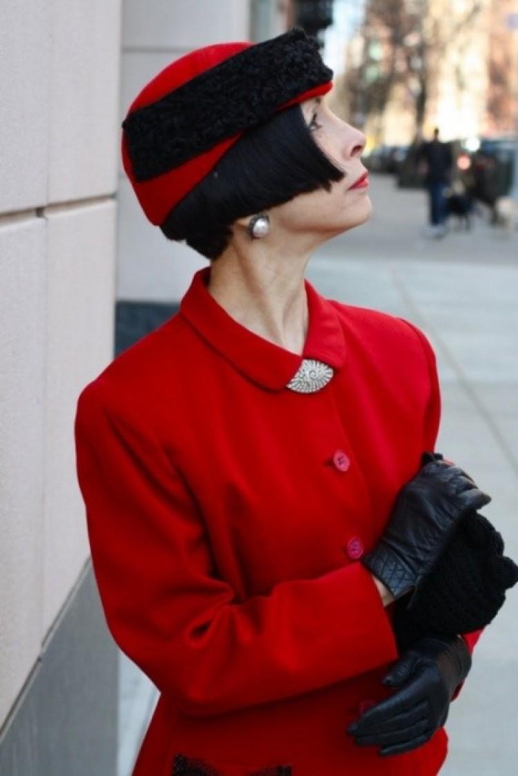 Elegancka kobieta w czerwieni.