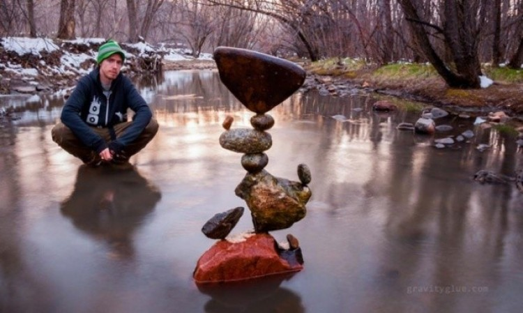 Rzeźbiarz Michael Grab stworzyły kompozycję z kamieni równoważących, które wymyka się prawom fizyki.