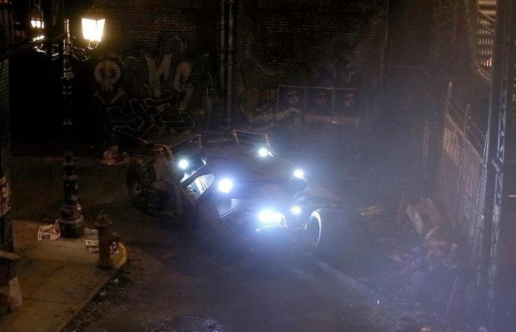 Kopia Batmobilu, pomniejszona 35 razy.