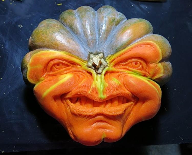 Ten mężczyzna sprawia, że zwykłe Halloweenowe dekoracje mogą na prawdę przestraszyć!