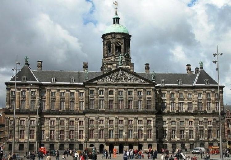 Jeden z trzech pałaców w posiadaniu monarchy.