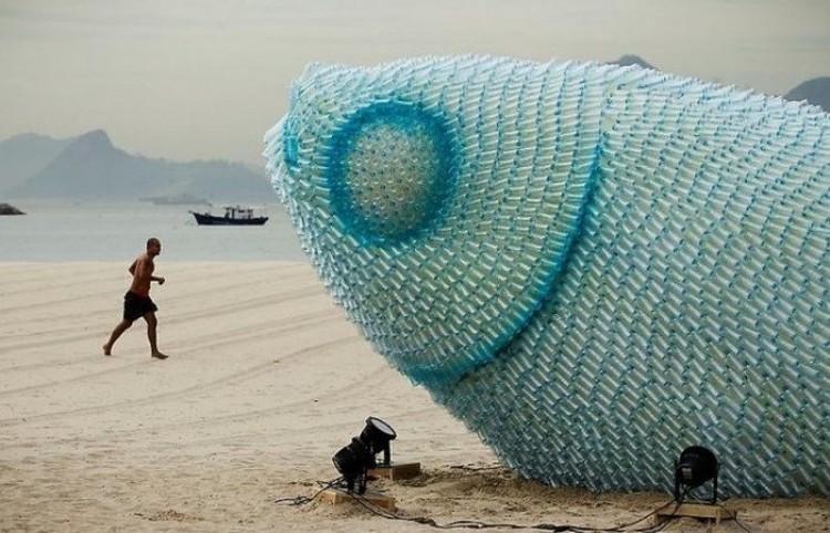 Ryba z plastikowych butelek na plaży Botafogo.
