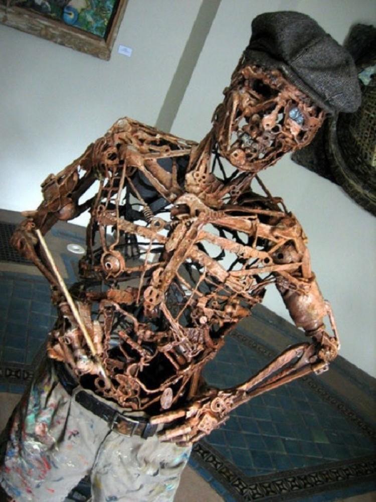 Szkielet ze śmieci.