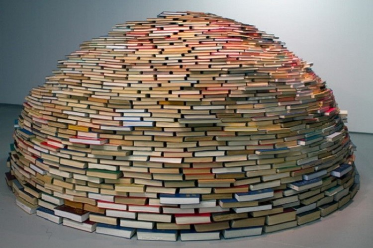 Starannie ułożone książki stworzyły piękną kopułę.