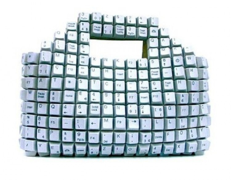 Torba nabijana klawiszami od klawiatury komputerowej.