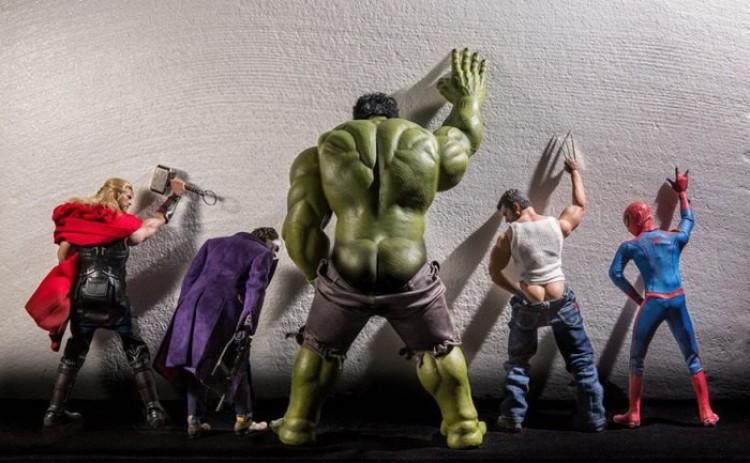 Sekretne życie zabawek superbohaterów w zabawnym projekcie fotograficznym.