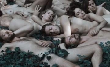 W objęciach natury: seria zdjęć z odrobiną szaleństwa i zmysłowym erotyzmem.