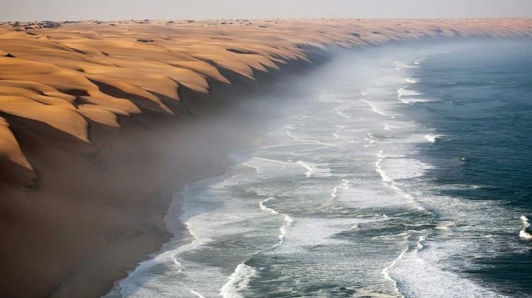 Pustynia Namib spotyka się z Oceanem Atlantyckim