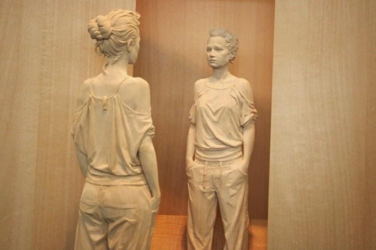 Rzeźby wykonane z drewna wyglądają jak żywi ludzie!