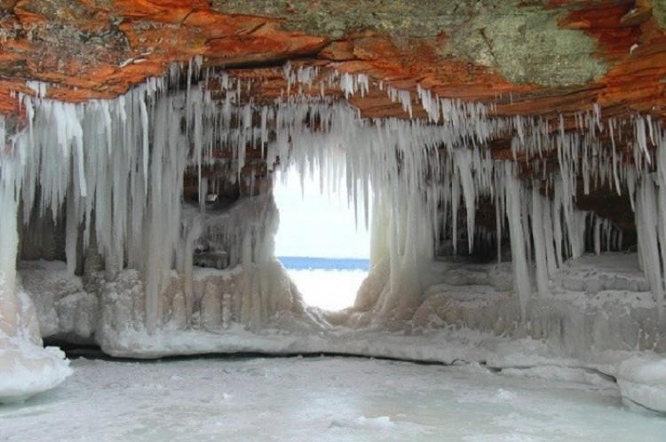 Lodowe jaskinie na wyspach Apostolskich (Apostle Island Ice Caves). Wisconsin. Stany Zjednoczone