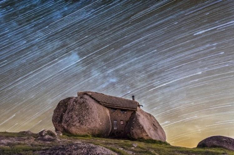 Dom z kamienia Peneda, góry Guimaraes Fafe, Portugalia.