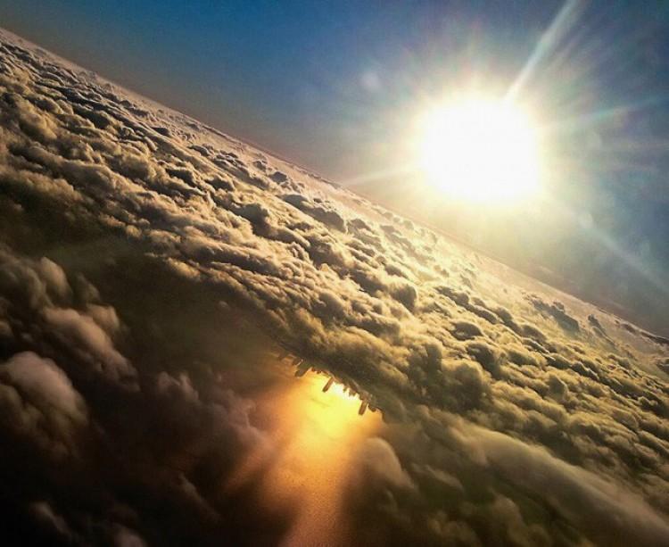 Chicago odzwierciedlone w jeziorze Michigan z okna samolotu.
