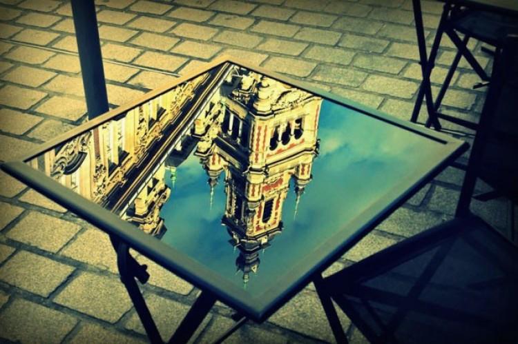 Lille, Francja - stolik na placu koło katedry.