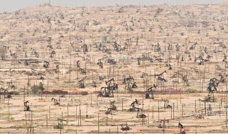 Kern Rzeka Oil Field, California, USA.
