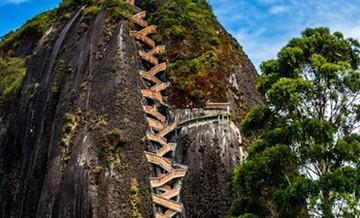 Niesamowita skała w Kolumbii, na szczyt której prowadzi 659 stromych schodów.