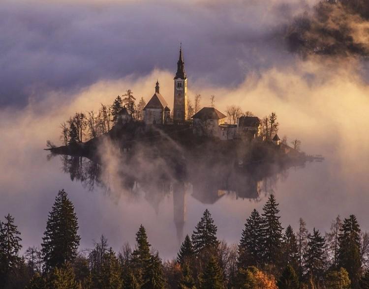 Kościół we mgle: baśniowa świątynia, położona w samym środku jeziora.