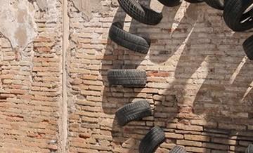 Montaż starych opon na ulicach Barcelony.