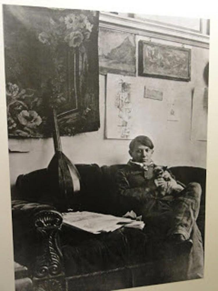 Młody Picasso i jego syjamski kot Mina