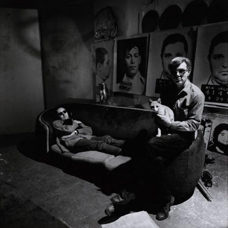 Andy Warhol w swoim studio z Robertem Indianą i kotemów