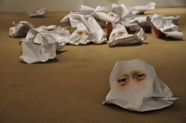 Obrazy na zmiętym niedbale papierze. Timothy Hyunsoo Lee.