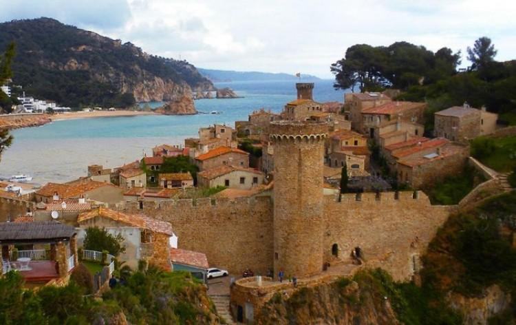 Zagubione wśród skał wulkanicznych i lazurowych wybrzeży Morza Śródziemnego hiszpańskie miasteczko.