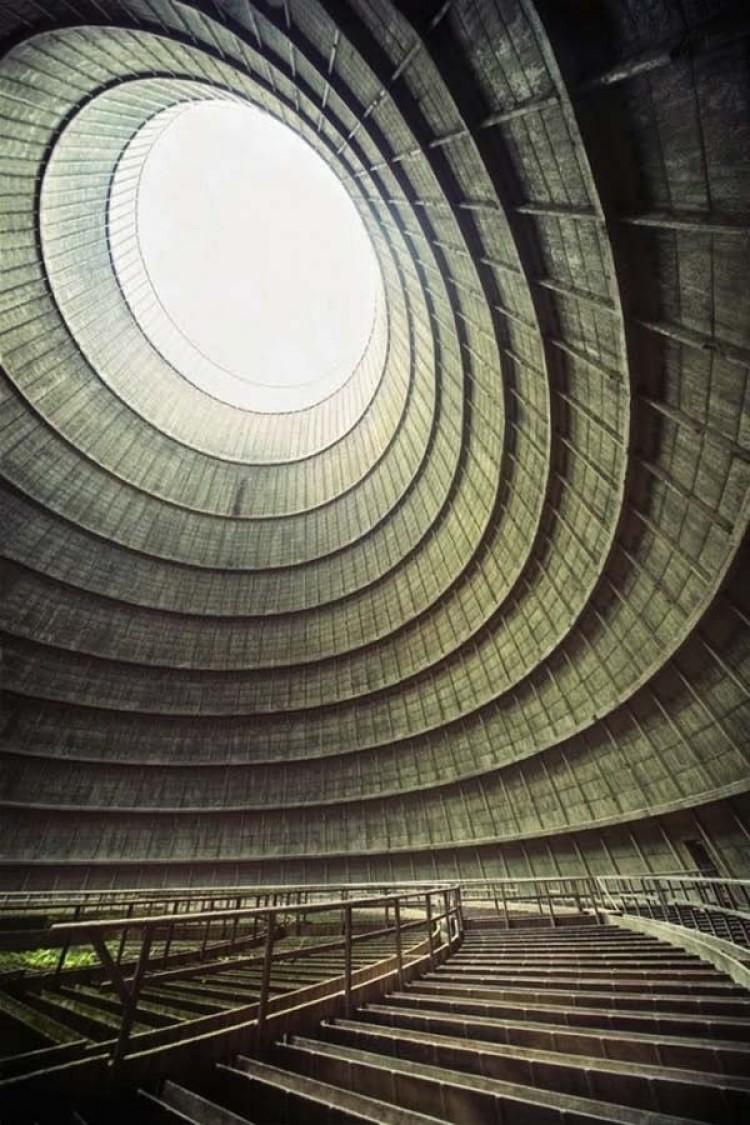 Nieczynne komory chłodzenia opuszczonej elektrowni