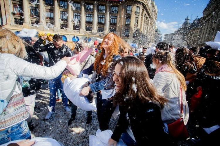 Powrót do dzieciństwa: międzynarodowy dzień walki na poduszki w Bukareszcie.