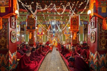Mnisi modlą się w klasztorze Kandze, Ganz, Chiny.
