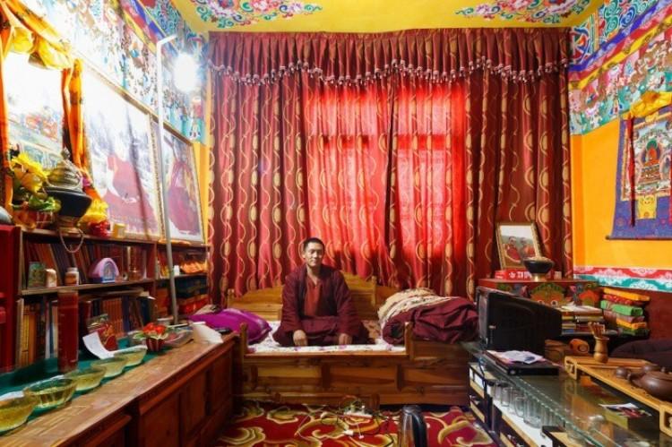 Mnich w swoim pokoju w klasztorze Golo Gompa.