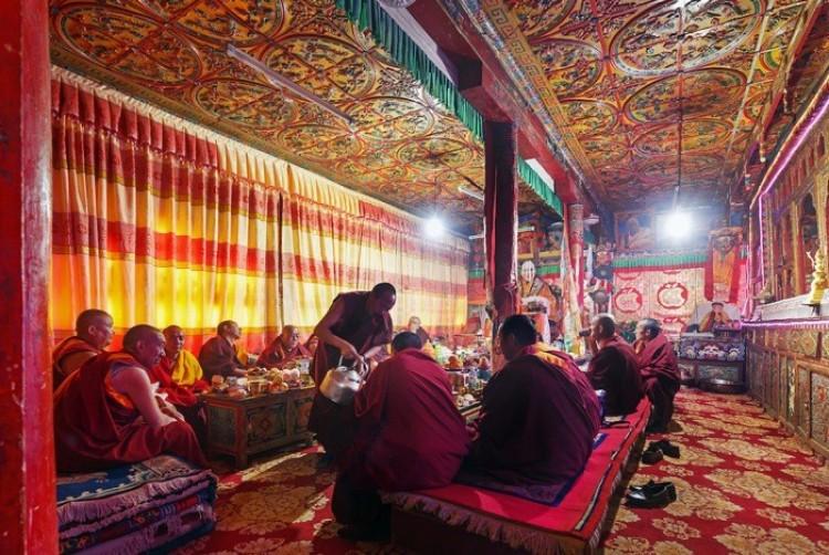 Goście klasztoru Kandze Ganz, Chiny, tradycyjnie podawana jest herbata ze słodyczami.