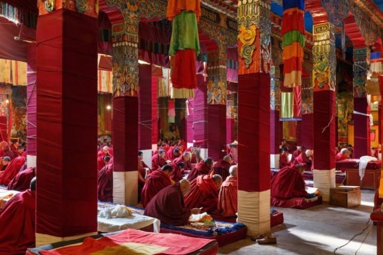 Mnisi modlą się w świątyni Darjay Gompa, Zachodnia Sichuan, Chiny.