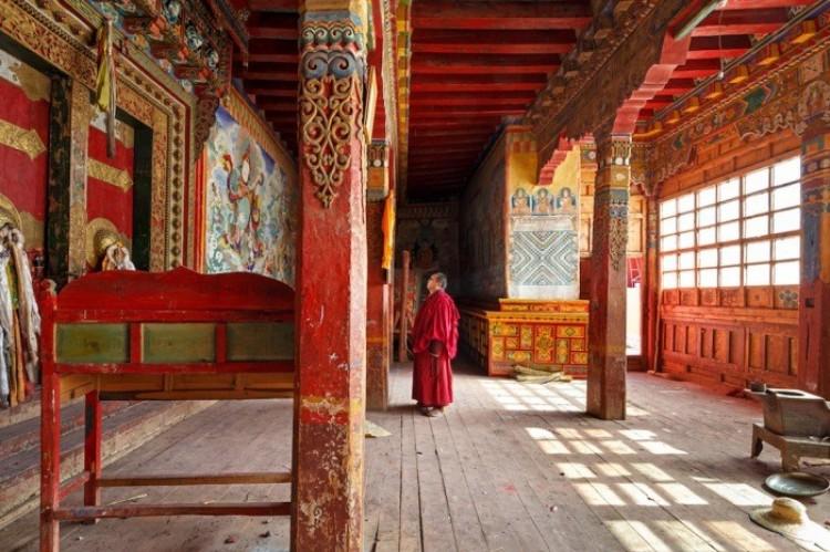 Mnich przy wejściu do klasztoru Golo Gompa, Sichuan, Chiny.