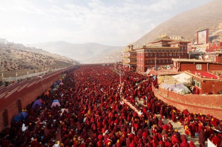 Zakonnicy zgromadzeni na festiwalu Larung Gar, Seda Buddhist Institute.