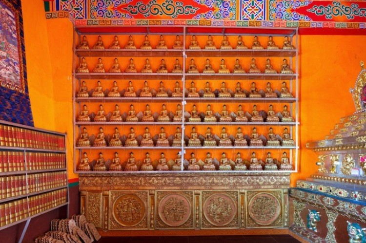 Posągi Buddy w klasztorze w Kandze Ganz, Chiny.