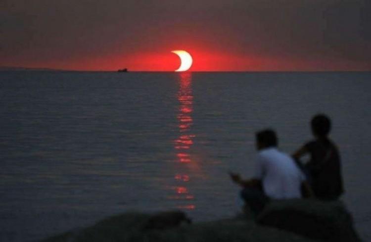 Zachód słońca i zaćmienie słońca występujące w tym samym czasie