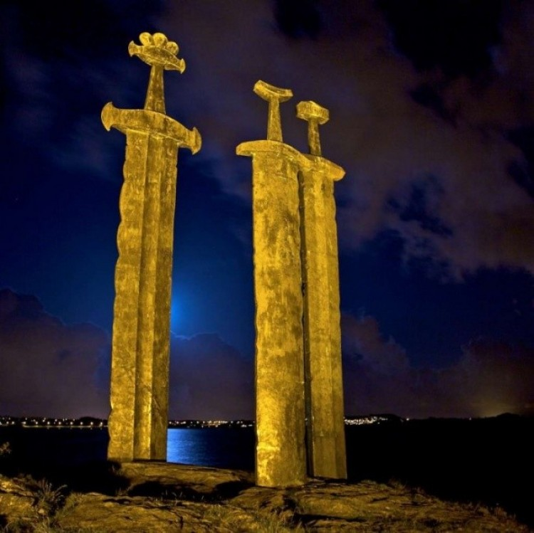 Pomnik Sverd i fjell w Norwegii przedstawia trzy gigantyczne miecze