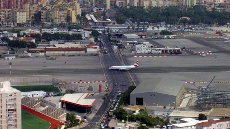 Pas startowy na międzynarodowym lotnisku w Gibraltarze przecina autostrada