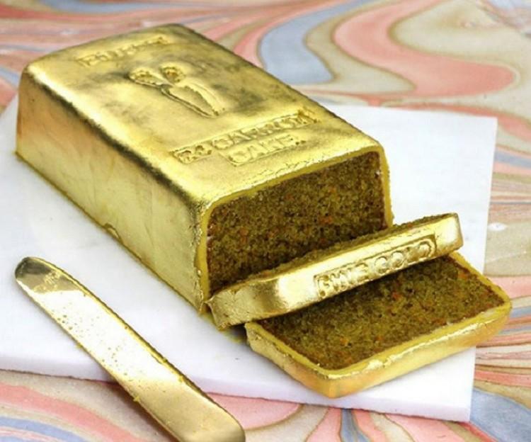 Placek marchwiowy w postaci sztaby złota.