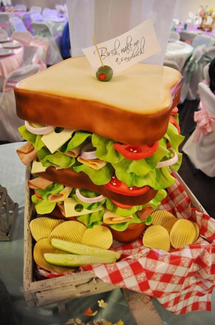 Kanapkowy tort dla miłośników fast foodów.