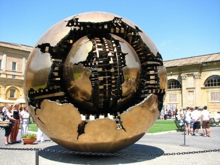 Kula jako moduł wszechświata: wielowarstwowe rzeźby Arnaldo Pomodoro.
