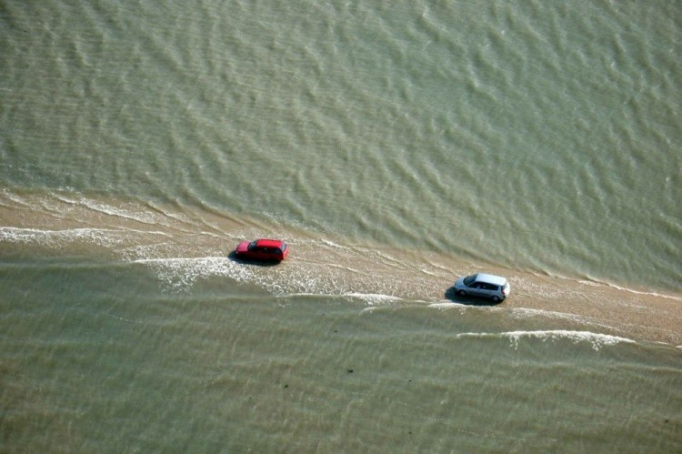 Ta droga jest zalewana wodą dwa razy dziennie.