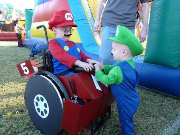 Młodszy brat Benjamin towarzyszy mu na imprezę jako Luigi.