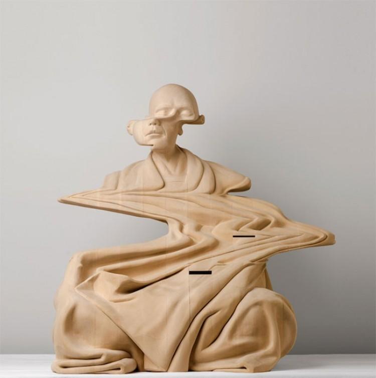 Zniekształcona rzeźba z drewna.