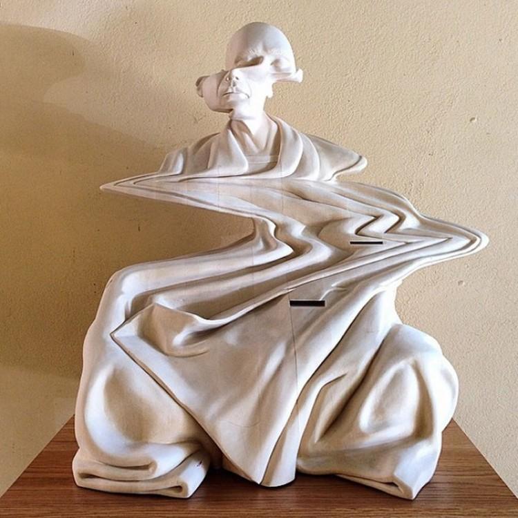 Drewniane rzeźby przedstawiające zakrzywienie czasowe.